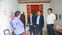 集团副总经理、水泥股份党委书记王建超到江老家村、元圩村扶贫慰问